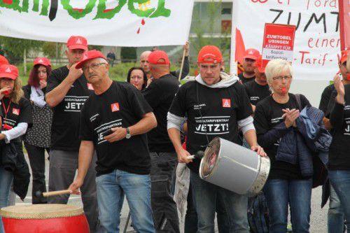 Mit Pauken und Sirenen machten die Zumtobel-Usingen-Mitarbeiter auf ihre Forderung in Dornbirn aufmerksam. Foto: Rauch