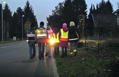 Mit Reflektoren ausgerüstete Fußgänger können schon auf eine Entfernung von 140 Meter erkannt werden.  Foto: Sicheres vorarlberg
