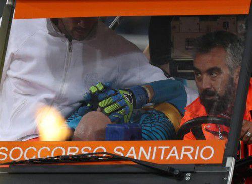 Mit schmerzverzerrtem Gesicht wird Austria-Wien-Torhüter Robert Almer mit dem Sanitätswagen in Rom vom Platz gefahren. Foto: gepa