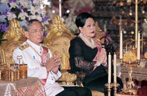 Nach dem Tod von König Bhumibol Adulayadej (im Bild mit Ehefrau Königin Sirikit) hat die Militärregierung ein Jahr Staatstrauer angeordnet. AFP