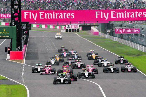 Nico Rosberg (vorne) fährt dem Feld nach dem Start in Suzuka auf und davon, Lewis Hamilton (l.) fällt auf den achten Platz zurück. Fotos: apa