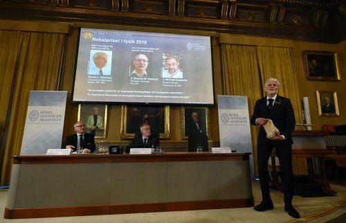 Nobel-Juror Thors Hans Hansson hat mit Gebäck die Entdeckung der Physiker erklärt. Foto: AFP