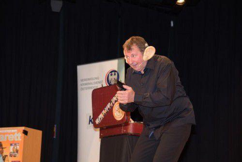 Norbert Janitsch bereitet seinen Lauschangriff vor.
