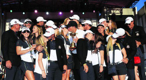 Nur einer blieb ungeküsst: Rickie Fowler (r.) ging beim Bussi-Marathon des amerikanischen Ryder-Cup-Teams leer aus. Foto: ap