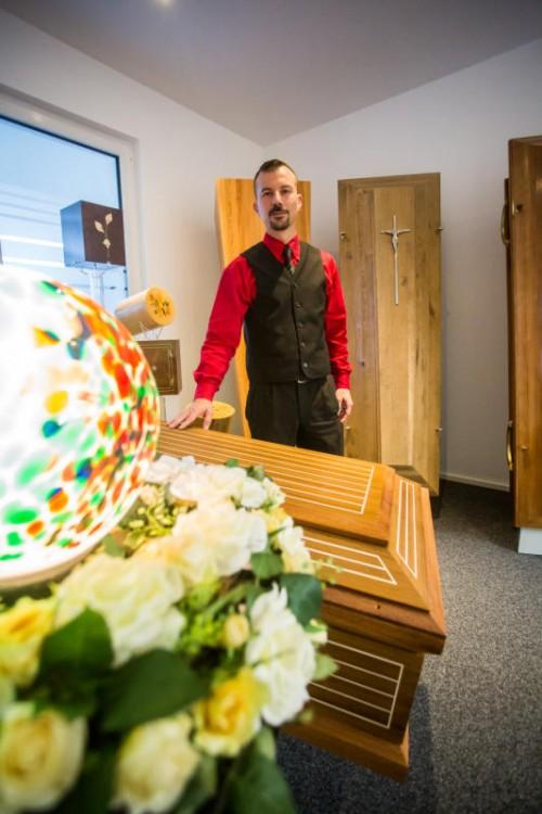 Patrick Nuck zählt zu den jüngsten Bestattern des Landes. Seine Freude am Leben trübt der Beruf nicht.  Foto: VN/Steurer