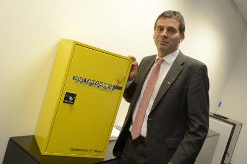 """Peter Umundum, Paket- und Logistikchef der Post, mit dem Erfolgsmodell """"Empfangsbox"""". Foto: Stiplovsek"""