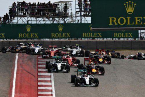 Pole-Halter Lewis Hamilton kommt in Austin beim Start am besten weg, Daniel Ricciardo (r.) schiebt sich an Nico Rosberg vorbei.  Foto: apa