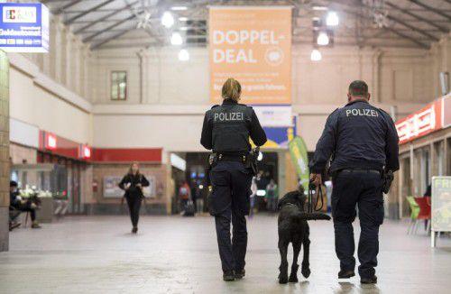 Polizisten patrouillieren auf dem Bahnhof von Chemnitz. Foto: afp