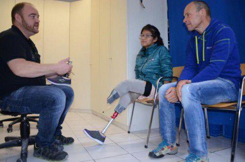 Prothetikfachmann Stefan Meyer (l.) erklärt Bimalla (M.) die Funktion ihrer neuen künstlichen Beine.