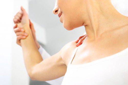 Rechtzeitige Behandlung bei Gelenkschmerzen kann schlimmere Nachfolgebeschwerden eindämmen oder verhindern. foto: fotolia