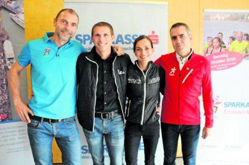 Rennleiter Günter Ernst mit den Vorarlberger Marathonläufern Harald Steger und Sandra Urach und OK-Chef Robert Küng (v. l.). Foto: akp