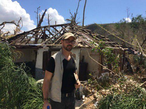 Robert Moosbrugger vor einem zerstörten Haus auf Haiti. Zahlreiche Menschen wurden obdachlos. Foto: Caritas