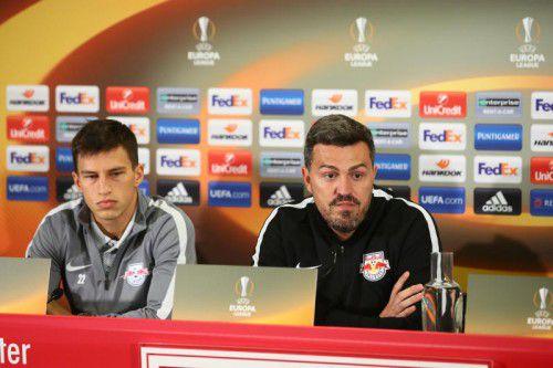 Salzburg-Coach Oscar Garcia, im Bild rechts mit Spieler Stefan Lainer, hat während seiner Zeit bei den Bullen schon glücklicher gewirkt. Foto: gepa