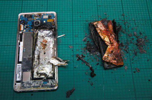 Samsung musste rund 2,5 Millionen Geräte austauschen. Jetzt wurde in den USA aber auch von drei brennenden Ersatzgeräten berichtet.