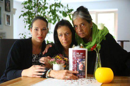 Schwester Katharina, Mutter Daniela und Oma Irene denken täglich an die ermordete Stefanie. Foto: VN/Hofmeister
