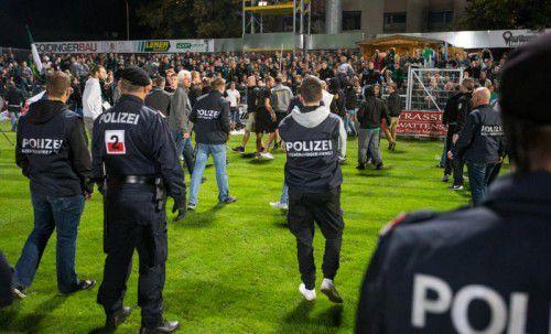 Selbst große Polizeipräsenz vermochte nach dem Tiroler Derby die Innsbruck-Fans nicht unter Kontrolle zu halten. Foto: apa