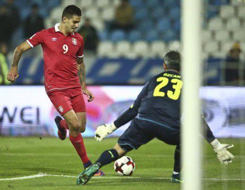 Serbiens Aleksandar Mitrovic bezwang den Götzner Ramazan Özcan gleich zweimal, wobei der ÖFB-Goalie jeweils chancenlos war. Foto: Reuters