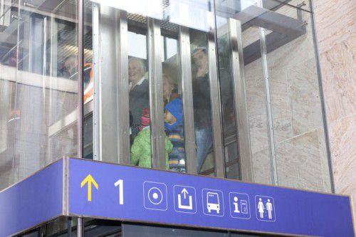 Sie nahmen es noch teilweise mit Humor: die im Dornbirner Bahnhofslift eingeschlossenen Passagiere. Foto: Mathis