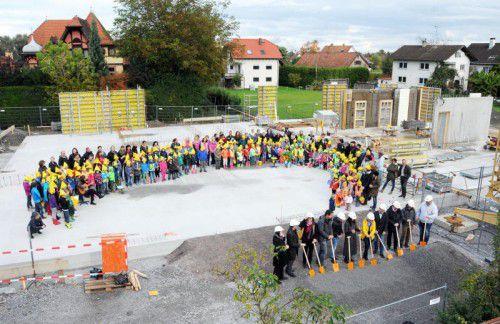 Spatenstich für das neue Kinderhaus in Gaißau, das zum Jahresende 2017 bezogen werden kann.  Foto: AJK