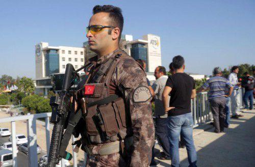 Spezialkräfte der Polizei bewachen den Explosionsort. reuters