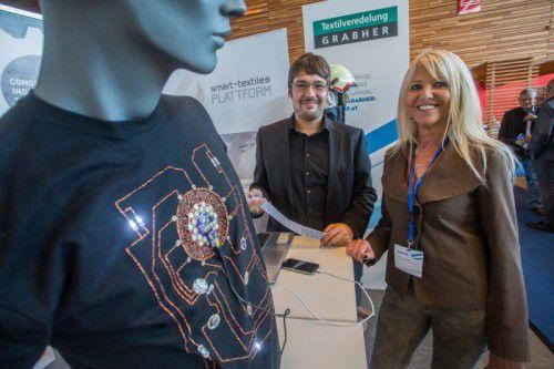 """Der Stand des Kompetenzzentrums Faserverbund und Künstlerin Selina Reiterer, die sich mit """"smart materials"""" beschäftigt. Fotos: VN/Steurer"""