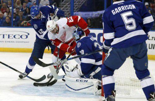 Thomas Vanek, bedrängt von Tampa-Verteidiger Andrej Sustr (l.), bringt die Scheibe an Goalie Ben Bishop vorbei.  Foto: AP