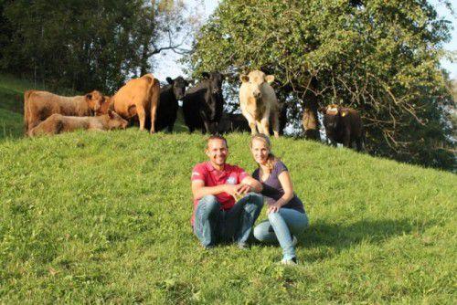 Ulrike und Michael Gassner mit ihren Rindern und dem Charolais-Stier.