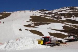 """In den vergangenen Jahren war es oft ein harter """"Kampf"""", am Ende der Saison aus Mulden und Rinnen Schnee für die Pistenpräparierung zu holen. """""""