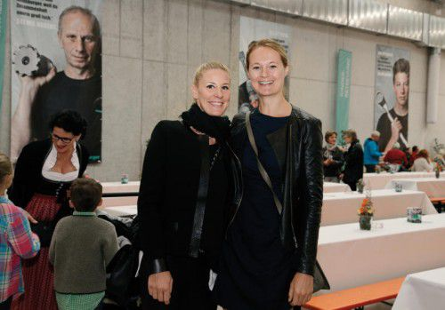 Unter den Besuchern: Julia Roger (l.) und Carmen Dechant.