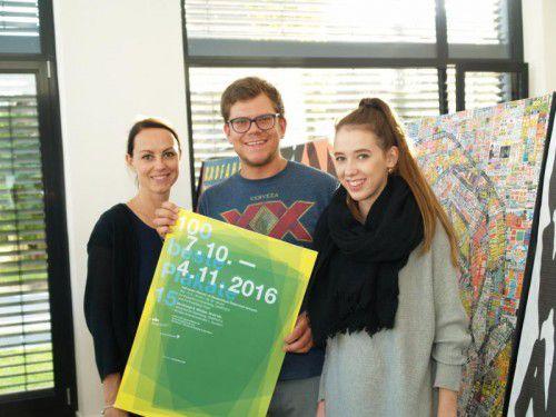 (v. l.) Theresa Feurstein (Designforum) mit Projektleiter Matthias Krissmayr und Leonie Ramoser (Sägenvier).  Fotos: SIE