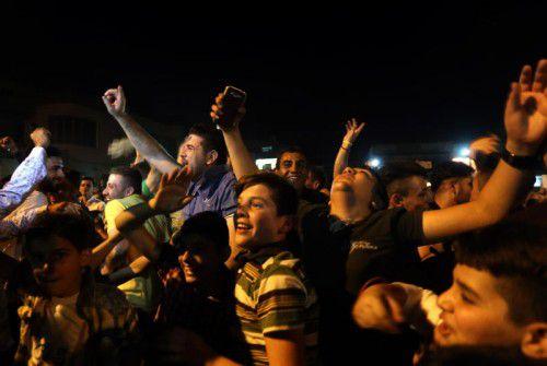Vertriebene Christen feiern die Befreiung von Karakosch.  Foto: AFP