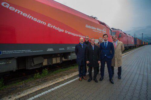 Viele Partner wirkten mit, um den Güterzug auf die Schiene nach Rotterdam zu bringen. FOTO: VN/Steurer