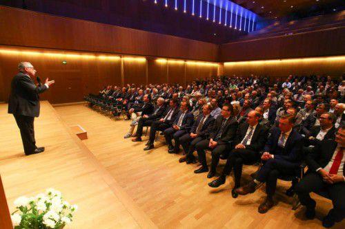 Volles Haus beim Vortrag des Wirtschaftsexperten Ronald Barazon. Fotos: VN/Hofmeister