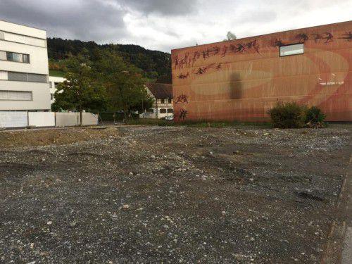 Vor dem Behelfsgemeindeamt (r.) soll ab Freitag das neue Gemeinschaftshaus entstehen. Foto: VN/PES