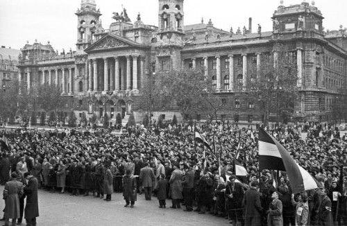 Was als friedliche Demonstration von Studenten in Budapest begann, entwickelte sich zu einer bewaffneten Rebellion. Fotos: FORTEPAN, Epa, VN