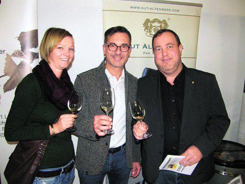 Winzer Roman Leitner, flankiert von Martina Willi sowie HannesMoosbrugger.  Fotos: baha