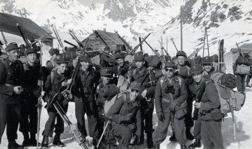 """""""Wir hatten eine Bombenkameradschaft"""": Die Grundwehrdiener bei einer Übung auf Skiern."""