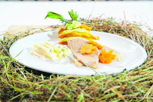 Zarter Tafelspitz mit Heuaroma, eingelegtes Kohlrabigemüse und eine Kartoffel-Liebstöckel-Lasagne. FotoS: bernd hofmeister