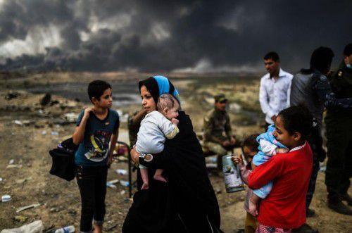 Zivilisten bringen sich vor den Kämpfen zwischen Extremisten und der Armee in Sicherheit.  Foto: AFP