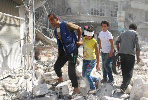 Zivilisten kämpfen sich durch die Trümmer Aleppos. Foto: AFP