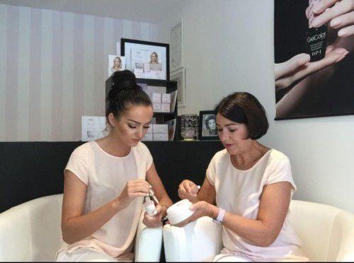 Zwei Kosmetikerinnen kümmern sich heute um die Wünsche der Kundinnen und zunehmend der Kunden. Foto: MSG