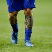 Stutzen-Tattoo am Schienbein
