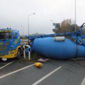 Mischer fällt von Lkw auf Autobahn