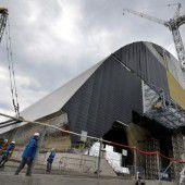 Tschernobyl. Stahlbogen wird über Betonsarkophag der AKW-Ruine geschoben