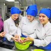 Gymnasiastinnen und Flüchtlinge kochen gemeinsam syrisch auf