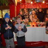 Kinder helfen Kindern beim Weihnachtsmarkt in Götzis.