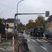 Neue Gasleitung wird an Brücke aufgehängt