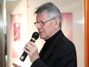 Bischof Erwin Kräutler spricht bei einem Begegnungsabend in der DorfMitte. Foto: mima