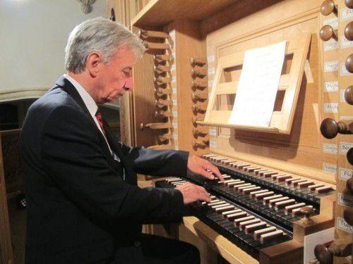 Prof. Bruno Oberhammer spielt heute an der großen Rieger-Orgel in der Pfarrkirche in Höchst. vn/Jurmann