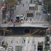 Eingestürzte Straße lässt Krater zurück